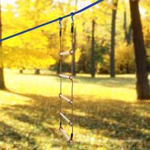 Échelle de corde en bois d'escalade à double tête à l'extérieur