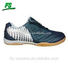 Sapatos novos do futebol dos homens do estilo