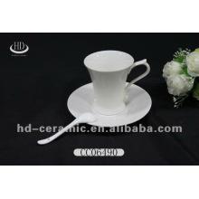 Высокая белая керамическая чашка блюдце