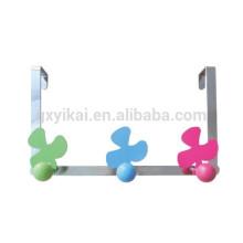 Forma de la flor decorativa sobre la percha de la puerta con el gancho colorido