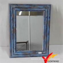Schäbige schicke blaue kleine dekorative gerahmte hölzerne Wandspiegel