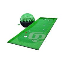 Campo de golfe de grama sintética com bandeira de golfe