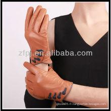 Femme à la mode portant une gant en cuir