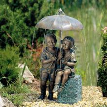 Bronce niño y niña debajo de Umbrella Fountain VBF-021S