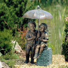 Menino de bronze e menina sob o guarda-chuva fonte VBF-021S