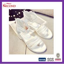 Senhora cor-de-rosa branca das correias sandálias
