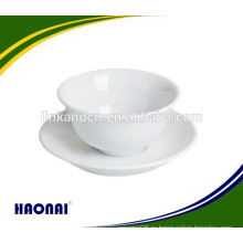 Горячая керамическая чаша с блюдцами различных размеров