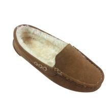 La línea del hilado con los zapatos calientes del moccasin de la mujer