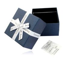 Boîte de cadeau de montre de bijoux en papier bleu à la main
