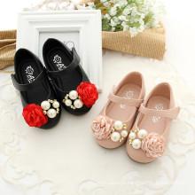 Os recém-chegados 2016 novo estilo macio PU infantil Mini Sapatos bonito branco atacado sapatos de bebê flor vermelha sapatos de Miçangas