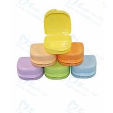 Zahnprothese mit Regenbogenfarbe