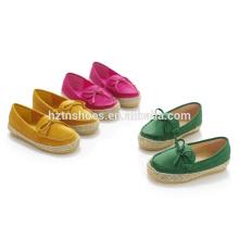 Los zapatos casuales planos duros calzan los zapatos del moccasin con bowtie