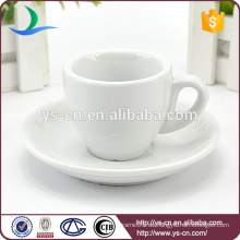Porzellan weißer Keramikbecher mit Untertasse steht