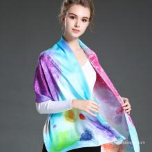 Женщина окрасила длинный шарф зимой