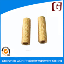 CNC personalizado que da vuelta a la pieza de cobre amarillo con el tratamiento de moleteado