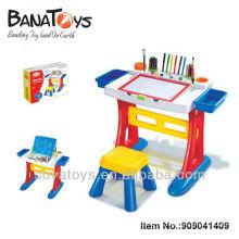Дети изучают стол для создания живописи