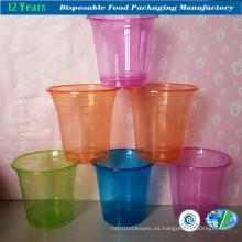 Copas de plástico de colores con tapa