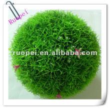 Искусственная трава мяч и внешнее украшение висит шарик травы