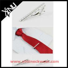 Seidenkrawatte und Krawattenklammer für Herren