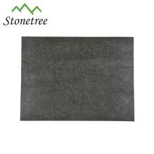 Nourriture utilisant une grande planche à découper en granit
