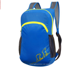 Blaue Falttasche im Freien, Kinderrucksack