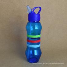 Plastikwasserflasche mit Strohhalm