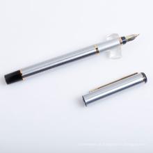 Caneta-tinteiro de metal prateado com boca de ponta