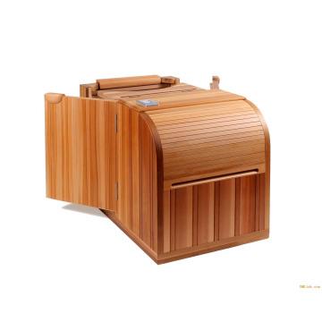 Salón de sauna con cedro medio cuerpo infrarrojo de una persona