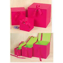 Boîte en papier cadeau en carré rouge du couvercle à rabat supérieur avec fermeture à ruban