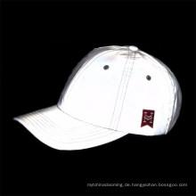 Hoher Sichtbarkeitsgewohnheitsschein im dunklen reflektierenden Hut