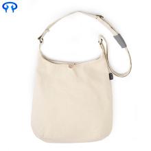 La signora ha personalizzato la borsa di tela bianca