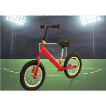 A bicicleta colorida do equilíbrio do bebê caçoa a bicicleta da balança