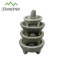 Mortier et pilon en granit avec un matériau naturel