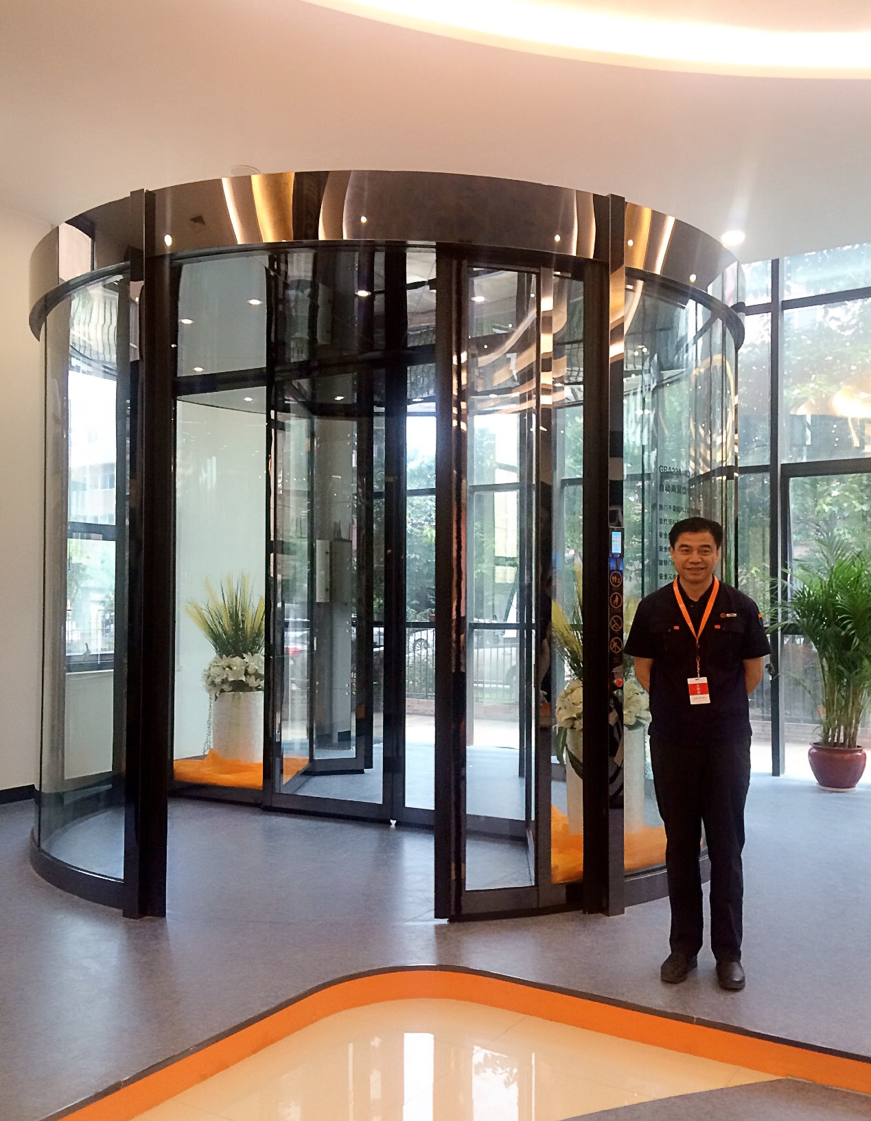 Automatic Two Wing Revolving Doors dengan Display Case