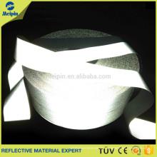 weiße reflektierende Farbe und Polyester-Schicht auf reflektierendem Band nähen