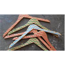 Nueva llegada percha de ropa de madera con patrón de impresión