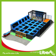 Outdoor gymnastische trampoline met covers