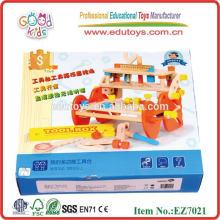 Caixa de ferramentas de madeira com brinquedos quentes