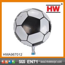 Спортивные состязания мальчика футбола используют дешевый воздушный шар гелия