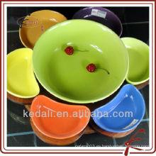 Colorido plato de cerámica de servicio con madera