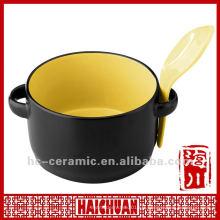 Tasse à soupe de céramique avec une cuillère, une tasse à soupe avec couvercle et une cuillère