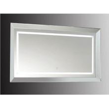 Espelho do banheiro do hotel com luz do diodo emissor de luz