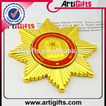 Wholesale souvenir métal plaqué or badge avec crochet