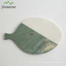 Queso de piedra de mármol en forma de pescado que sirve tabla