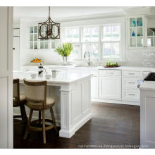 Mueble de cocina modular pintado con puertas de vidrio.