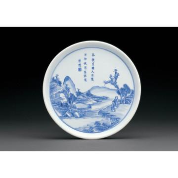 Голубая и белая фарфоровая тарелка