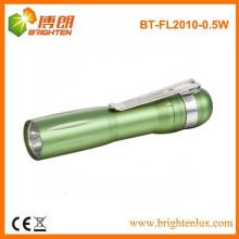 Vente en usine de lumière jaune bon marché promotionnel en aluminium métallique 1aa Batterie actionnée 0.5w led Petite lampe de poche à bas prix Stylos avec clip