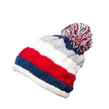 Bonnet en tricot avec pompon