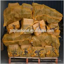 saco de malha de lenha com etiqueta de marca impressa