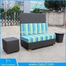 Banco de sofá de vime ao ar livre assento de amor com mesa lateral